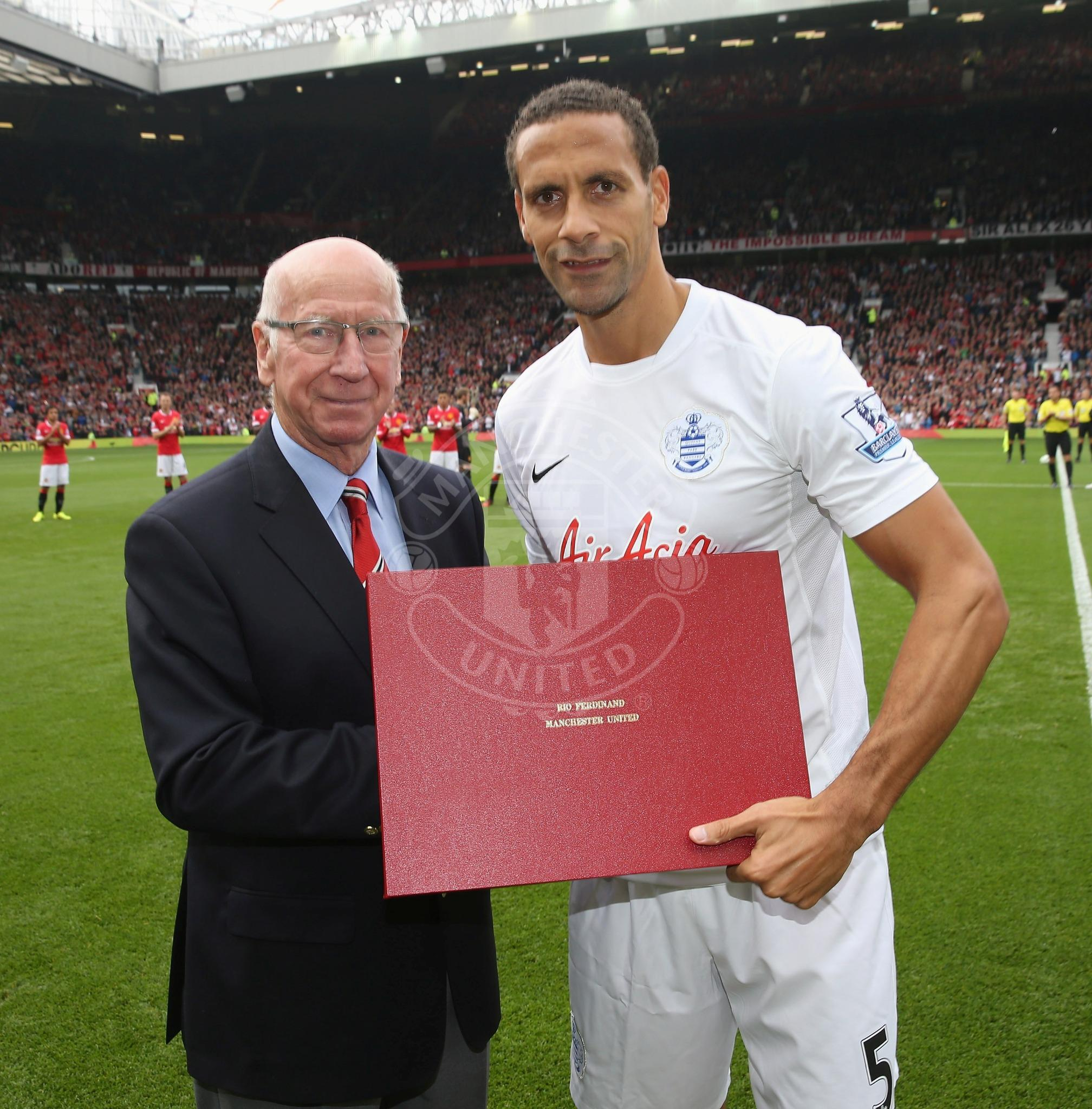 PIC: Ex-Red Rio Ferdinand received a special gift from Sir Bobby ahead of kick-off. #MUFClive http://t.co/mZkPQI6p6R