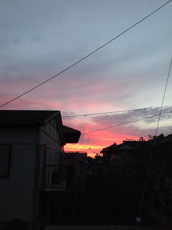 室温25度、湿度46%、館山市。 赤さの濃い朝焼けです。 昨日、一昨日のまつりも終わって、すっかり秋。 iPadで撮影した画像をアップ。 http://t.co/tBVF52y1In