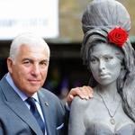 A statue of Amy Winehouse was unveiled in London: http://t.co/pfCBSi50s9 http://t.co/KIkumc0Rhr