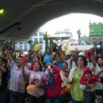 Así arrancó la presentación de @liladowns en el zócalo de #Puebla. La gente muy contenta y cantando. #CelebraPuebla http://t.co/nxvto23pjH