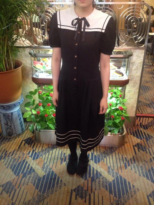 純喫茶アメリカンの女子制服が、美しくて正義だと思いました。写真撮らせてもらいました。めっちゃかわいい!これが着たくてここで働く子の気持ちが分かる。 http://t.co/iXX43uySLg