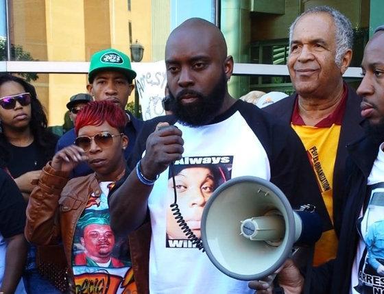 ICYMI ystrdy, #MichaelBrown Sr. asked #Ferguson officer Darren Wilson to turn himself in: http://t.co/bM5wSY9D9f http://t.co/vf3hpOZH4m