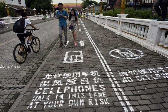 Walking while texting? Chinese city unveils special lane for cellphone addicts: http://t.co/jueJjMg52T http://t.co/1tjwg5UEqf