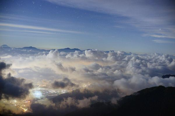 先日夜、木曽駒のテン場から伊那前岳までナイトハイクしてきました、満天の星空のなか一人っきりで歩くのはなかなかテンション上がりましたウムー http://t.co/4LJ4nebtHe