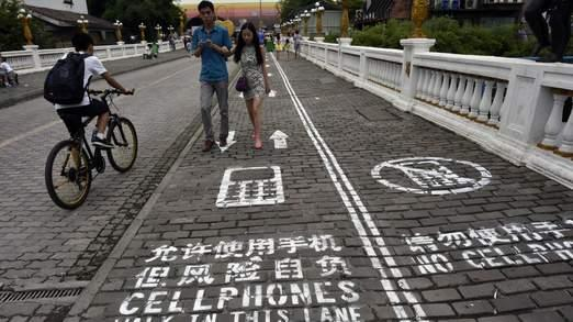 Smartphone users in China now have their own walking lane http://t.co/QalTlbK1mb http://t.co/PqNAFHvjWK