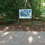 Heute im Tiergarten gesehen. Einen Tag nach der großen Demo gegen Judenhass dort. http://t.co/0ft2Rm7HHL