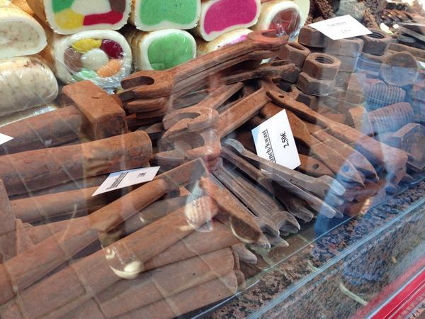 ベルギーチョコの造形は斜め上を行くw 錆びた鉄の塊にしか見えん http://t.co/9cCpc9MaKy