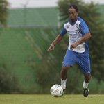 RT @Club_Queretaro: Ronaldinho cumple con su primer entrenamiento con los Gallos Blancos de Querétaro http://t.co/RsTy0DA061 http://t.co/MsTaox5xQY