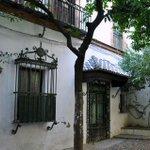 """RT @FaniSuero: """"Una casita en el barrio de Santa Cruz, un ventanal y un pequeño patio Andaluz"""" #Sevilla #pequeñosdetalles http://t.co/X7lMw8xNgI"""