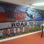 En el pasillo del antepalco del Sánchez-Pizjuán luce a tamaño gigante la foto del tifo Road to Turín http://t.co/pyLjpPik3Z