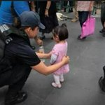 El tamaño del miedo: Ni los niños se salvan de una minuciosa revisión en el Zócalo. #NadaQueCelebrar . http://t.co/CgKQlqeYGd