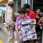 Niño saqueando Oxxo después de que fue destruido por el huracán, tú eres México. http://t.co/yMgtBYMH78