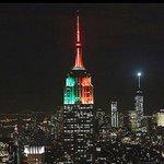 RT @UniNoticias: El Empire State se ilumina con los colores de la bandera de México http://t.co/Q4UchZMnNA http://t.co/ePER0dq21p