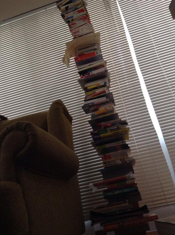 床に積んだ本の山が崩れたけどこれは無事だったけどもうちょっと考えようと思いました http://t.co/VIkCfd5lOi