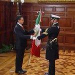 RT @El_Universal_Mx: Momento en que @EPN recibió la bandera nacional momentos antes del Grito http://t.co/QUb2iLf8GR