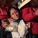 Cientos de personas llegaron al Zócalo a cambio de una torta y en algunos casos hasta de $100 http://t.co/HnZ2kpr63C http://t.co/0hBr1w2ySP