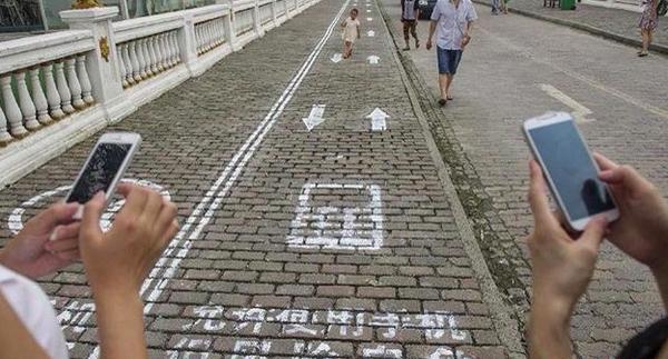 Ķīnā izveidotas speciālas ietves, kas paredzētas īsziņu rakstīšanai un viedierīču lietošanai. http://t.co/Vi6aGywaAx http://t.co/WYUF0kTgzn