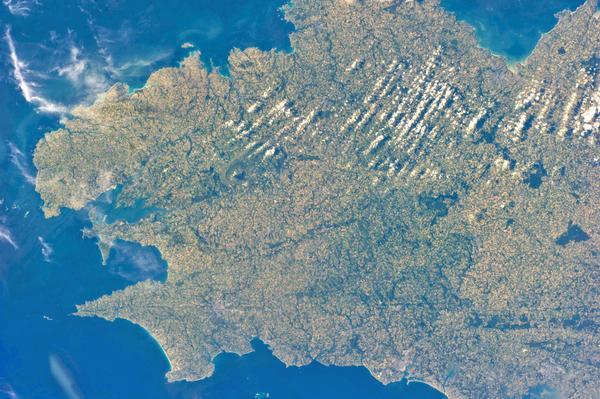 Superbe photo de la #Bretagne prise depuis la Station spatiale le 15 juin! http://t.co/s5WVnYN4L8 via @pc0101