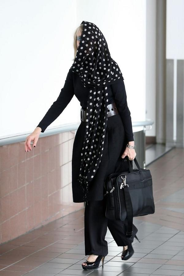 CAUGHT hiding at LAX. True, can't see well. But that's a consequence you face when you're striving for Airport Chic. http://t.co/dX1yg0M9W0