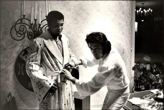 "Elvis Presley giving Muhammad Ali a $10K robe with ""People's Champion"" inscribed on it. (February 14, 1973) http://t.co/iDUrwPotWh"