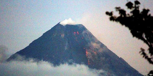 Thousands flee as lava seen on Mount Mayon volcano in Philippines http://t.co/B2TYTD77LO http://t.co/LKyznjLyyV