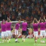 RT @GalatasaraySK: FOTO   Bizim takım ısınmak için sahada! http://t.co/5BgUashW5L