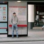 A Londres, une machine offre un paquet de chips aux passants contre un tweet. http://t.co/G4coB0kVvC