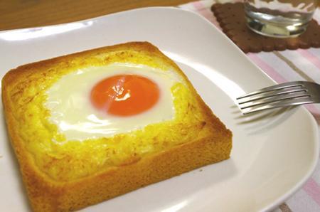 【パズーとシータも食べた「ラピュタパン」】材料:食パン、卵、マヨネーズ①パンにマヨネーズで「堤防」をつくっておく②堤防の