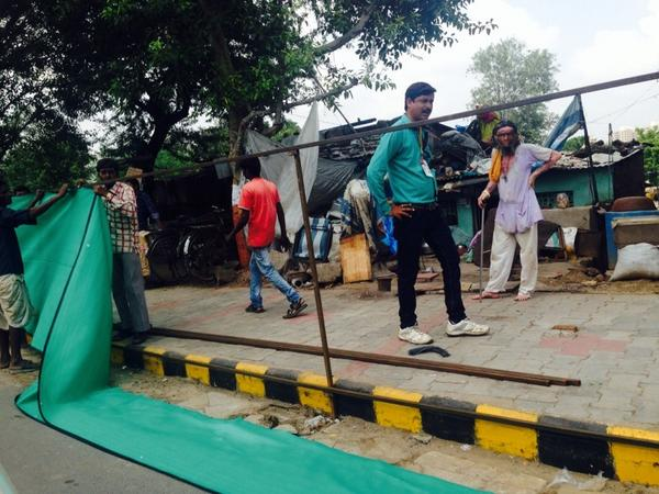Hiding the underbelly of Ahmedabad behind a green awning ahead of Xi's arrival. But even curtains have stories..2 http://t.co/6vbamjGCPU