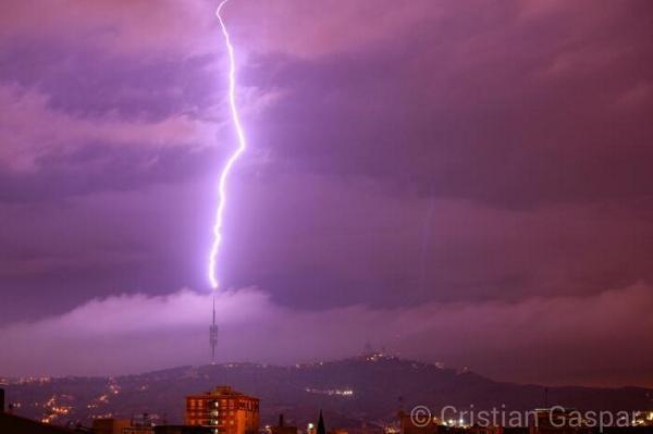 (via @CRISTIANBCNS ) Espectacular llamp que va caure a la Torre de Collserola de Barcelona #meteocat http://t.co/6kzGcX8Nb6