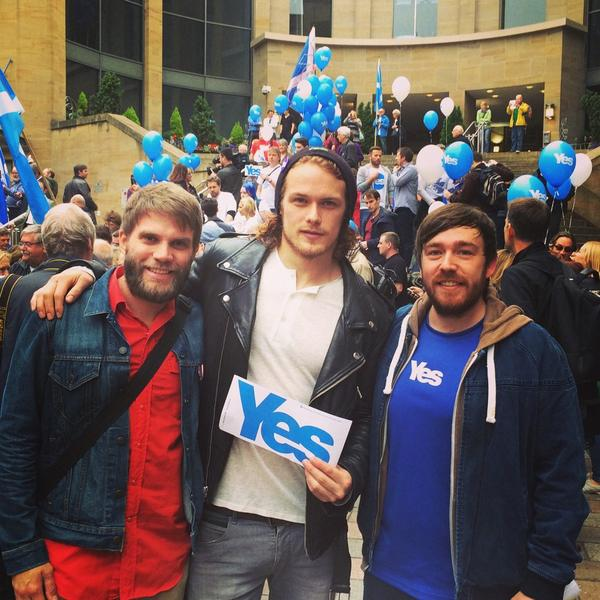 Sam Heughan (@Heughan): Finally met @FRabbits Great lads and Yes supporters! #indyref #hugeFan http://t.co/RmS837EgtL