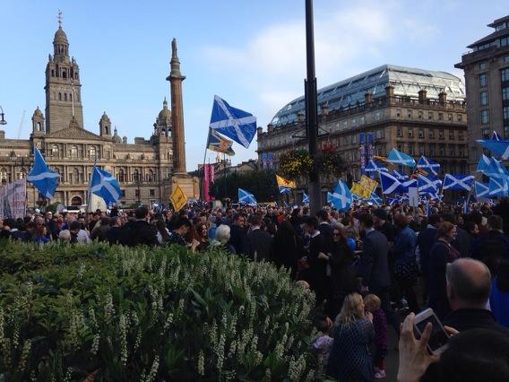 Just got off the train at Queen St and George Square is absolutely packed! http://t.co/XNkIKNunCt