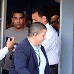 RT @eldiarioeliezer: Don Omar al salir de la celda esposado sólo le tiró un beso a sus padres que se encontraban en el cuartel.@tumanana http://t.co/AsLWU53YKG