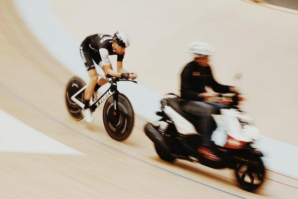 Meanwhile in Grenchen... @thejensie doing some motorpacing #HourRecord http://t.co/bnJukF7wRT
