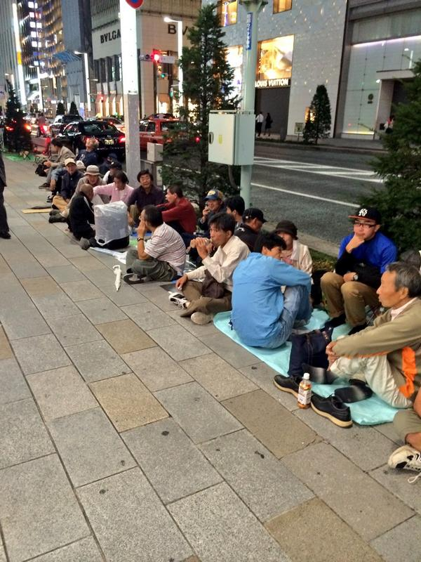 接上推。查了一下现在排队啥情况:苹果店前超过1000人以上的队,大部分都是中国黄牛。日本同学都说要等 iPhone 在中国正式开卖后再买了。http://t.co/kFE115P4X0