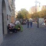 Als Flüchtling auf dem Pariser Platz campen: Böse Als Konsument vor dem Apple Store campen: Okay http://t.co/lnq5BcUURb