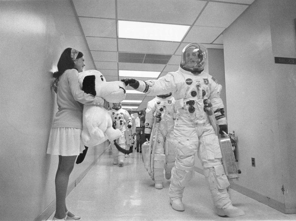 Apollo 10 commander Tom Stafford pats the nose of a giant stuffed Snoopy prior to launch, 1969 http://t.co/wYnc86E3ZO