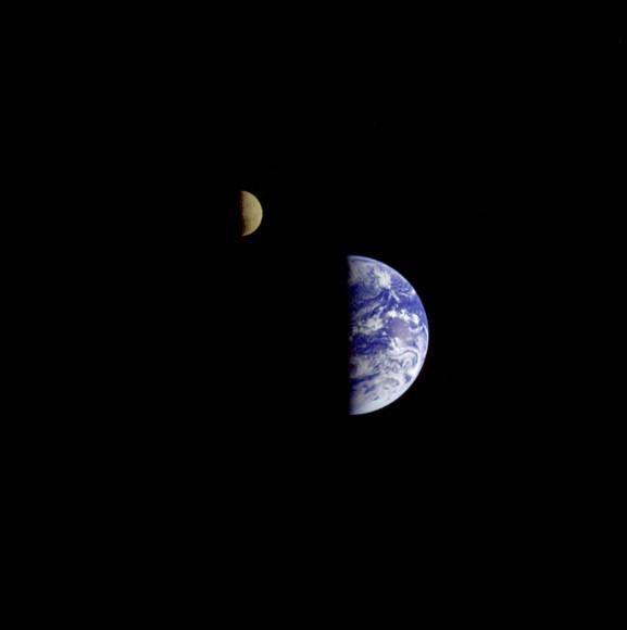 1977년 9월 18일 보이저 1호가 최초로 우주에서 지구와 달이 함께 보이는 사진을 찍었습니다. 바로 이 사진입니다.(사진 출처 : NASA) #오늘의과학사 http://t.co/gBIF2swSn9