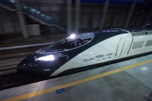 철도의 날을 맞아 KTX보다 빠른 차세대 고속 열차 해무(HEMU-430X)를 소개해 드립니다! 시속 430km로 서울~부산을 1시간 반 만에 갈 수 있으며, 날렵한 모습이 매력적인 녀석입니다. ^^ http://t.co/y8jihYEmQi