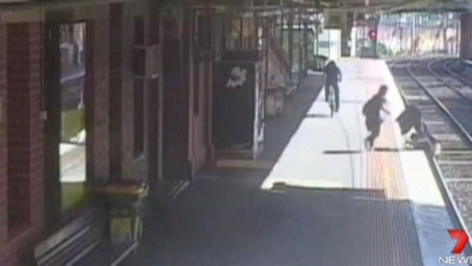 A woman rescued her baby after his stroller rolled off a train platform and onto the tracks: http://t.co/BQZsOffSnn http://t.co/b2JMgIUSYA