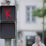 RT @livedoornews: 【天才現る】信号無視を激減させた秀逸な手法 http://t.co/Jk8CMew1Ha 人間のダンスをキャプチャし、赤信号の棒人間を躍らせるというアイディア。信号待ちの人が注目するようになり、81%の人が信号を守るようになった。 http://t.co/otPxJk2U52