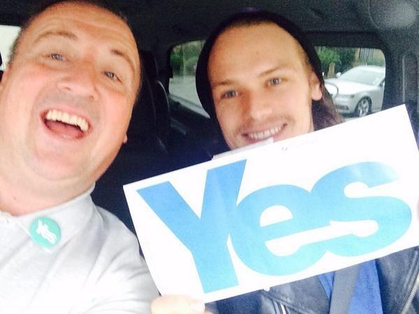 Sam Heughan (@Heughan): A positive car this morning to work!   #yesWeCan  @daviehollywood http://t.co/vmlvoNchkA