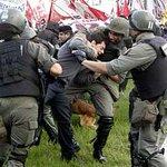 RT @lanacioncom: Con palazos y gases, Gendarmería desaloja un corte en Panamericana por el conflicto en Lear http://t.co/hKPPTYBfkj http://t.co/5dd0CNeF0E