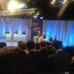 Padilha e Alckmin de roupa muito parecida: terno escuro, camisa branca e gravata vermelha. #DebateSP http://t.co/dFaBugiH4R