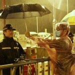 有爱。。 RT @hangover2009: RT @RTKcn: 17+ RT @liuyun1989: 人民帶傘,不是為了攻擊警察。 http://t.co/M0RKuXNhyV
