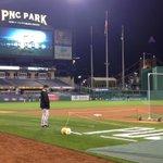Skipper Bruce Bochy looking on as the @SFGiants take batting practice http://t.co/y5SJEAnPP5