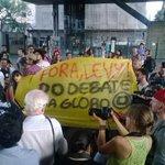 Manifestantes realizam beijaço contra declarações homofóbicas de Levy Fidelix http://t.co/yS21bhDmHK http://t.co/9kIGdaKiSl