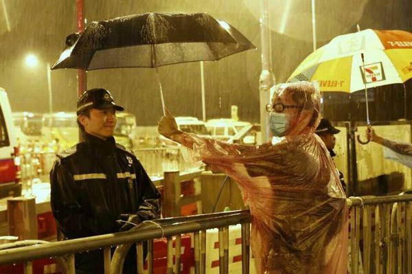 """这是""""我没有敌人""""的最好诠释。唯有大爱才能如此。香港""""雨伞革命""""再次彰显""""非暴力""""的强大力量。 @runyun @tengbiao @liuyun1989 人民帶傘,不是為了攻擊警察。 http://t.co/S2yExne0K6"""