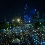 Nem chuva e trovões tiram manifestantes que querem liberdade política do centro de Hong Kong http://t.co/LFs37RXqHB http://t.co/o6FHaSCYA6