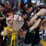 Hongkong : les manifestants sinvitent aux cérémonies de la fête nationale http://t.co/pdekYz22lV // http://t.co/JhkssRfABm
